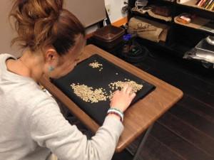 欠点豆を取り除くハンドピックの工程