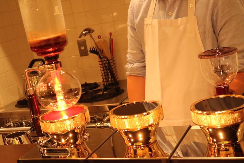 鮮度にこだわったコーヒーをサイフォンで丁寧に入れるカフェ